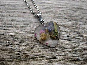 Náhrdelníky - Živicové srdiečko s kvetmi menšie- náhrdelník, chirurgická oceľ (č.1766) - 9156658_