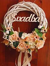 Dekorácie - Veniec s marhuľkovými a ivory ružami s nápisom 33cm - 9153910_
