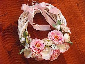 Dekorácie - Jemný ružovo-ivory veniec so srdiečkami - 9154057_