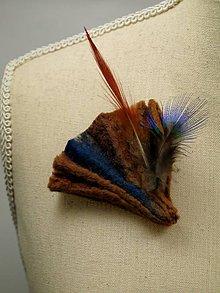Odznaky/Brošne - Elegantná hnedá plstená brošňa s pierkami - 9159209_