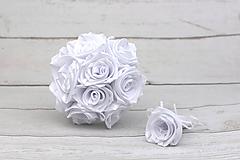 Kytice pre nevestu - Saténová kytica svadobná biela ruže + pierko - 9164494_