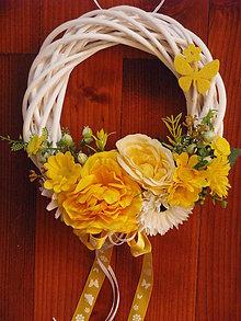 Dekorácie - Jarný žltý venček s motýlikom - 9164162_
