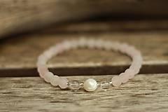 - Tenký náramok z minerálov ruženín, krištáľ a riečna perla - 9171494_