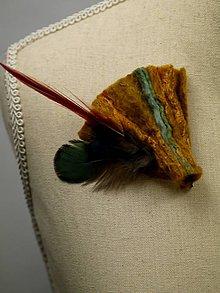 Odznaky/Brošne - Antik hnedá brošňa s hodvábom a pierkami - 9176831_
