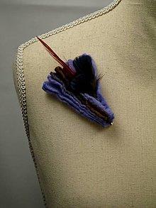 Odznaky/Brošne - Elegantná plstená brošňa s pierkami - bledofialová - 9176846_