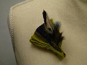 Odznaky/Brošne - Zelená brošňa z Merino vlny, hodvábu a pierok - 9176873_