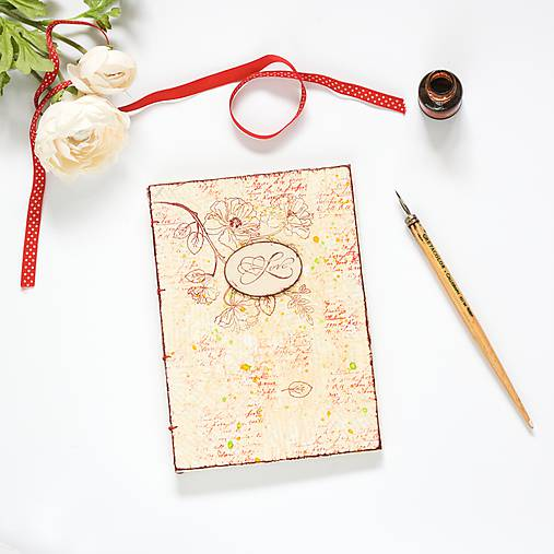 Béžovo-červená svadobná kniha hostí s kvetmi