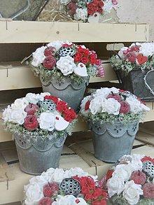 Dekorácie - biele ruže s príchuťou jabĺk v plechovom vedierku - 9181176_