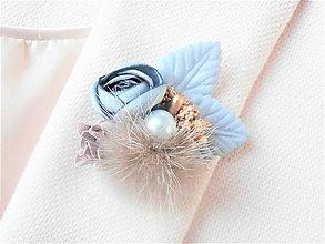 Odznaky/Brošne - Bledomodrá kožušinová kvetinová brošňa pin - 9179936_