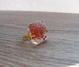Prstene - Živicový prsteň s červenými kvietkami, zlatý kov, č. 1776 - 9178280_