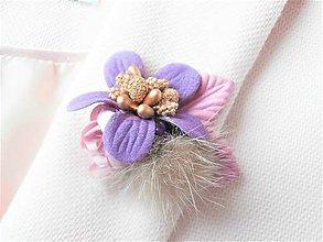 Odznaky/Brošne - Fialová kožušinová kvetinová brošňa pin - 9182818_