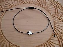 - jednoduchý šnúrkový náramok s hematitovým srdiečkom (Čierna) - 9185714_