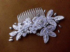 Ozdoby do vlasov - snehobiely svadobný hrebienok - biele a strieborné perly - 9187397_