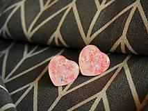 Náušnice - Ligotavé srdiečka do uška v ružovom - 9191757_