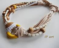 Náhrdelníky - Úpletový náhrdelník s kolečkem a korálky ze dřeva - 9197178_