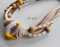 Náhrdelníky - Úpletový náhrdelník s kolečkem a korálky ze dřeva - 9197179_