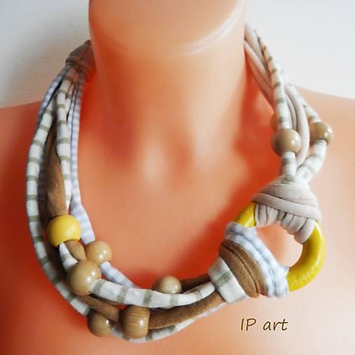 Úpletový náhrdelník s kolečkem a korálky ze dřeva