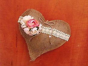 Prstene - Jutové srdce pod obrúčky s kvietkami - 9196916_