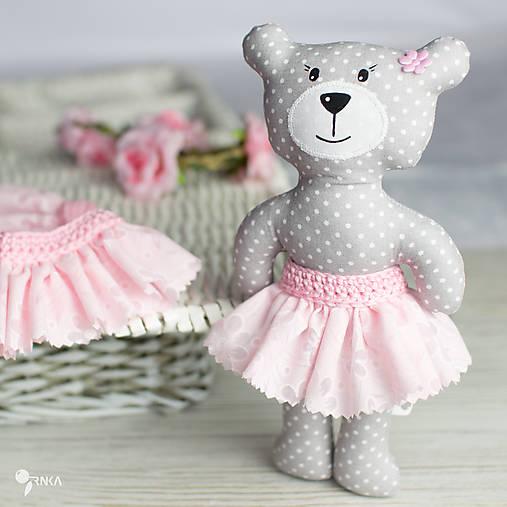 Slečinka v ružovom alebo bielom