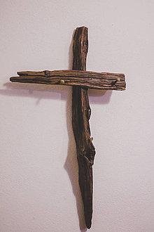 Dekorácie - Kríž zo starého kola z ručne kovanými klincami. - 9206571_