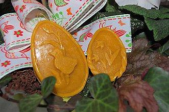 Dekorácie - Veľkonočné ozdoby z včelieho vosku (veľké vajíčko s kuriatkom) - 9210311_