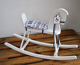Hračky - Biely drevený hojdací koník - 9210271_