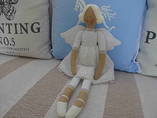 Biely madeirový anjel