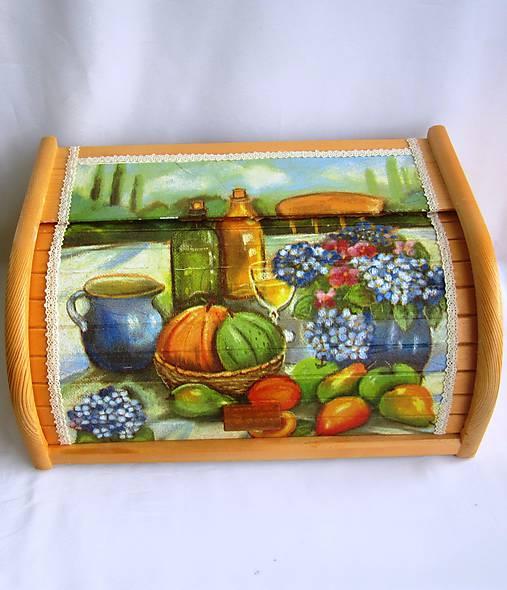 Drevený chlebník-zátišie s ovocím
