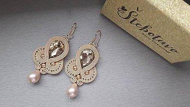 Náušnice - zlatá slza - šujtášové náušnice s riečnou perlou - 9220893_