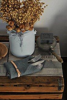 Úžitkový textil - ľanový obrúsok s koženým remienkom (platinovo sivý) - 9221297_