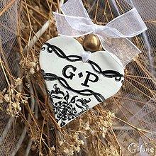 Darčeky pre svadobčanov - Keramické srdiečka s iniciálami - Baroko - 9219704_