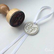 Darčeky pre svadobčanov - Medajlón na fľašu s Vašou pečiatkou - 9219709_