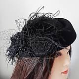 Čierny klobúčik s perím a sieťkou