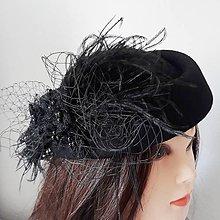 Čiapky - Čierny klobúčik s perím a sieťkou - 9221038_