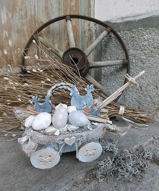 Veľkonočná natur dekorácia na vozíku so sliepočkami