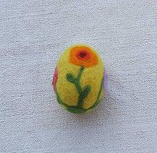 Dekorácie - ...plstené veľkonočné vajíčko - žlté s kvietkami... - 9226798_