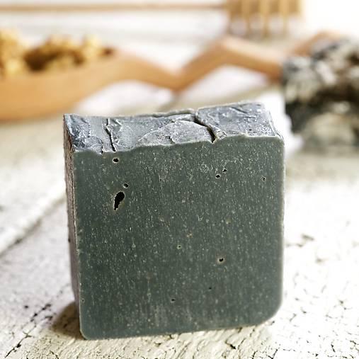 aktívne uhlie a včelí vosk - prírodné mydlo