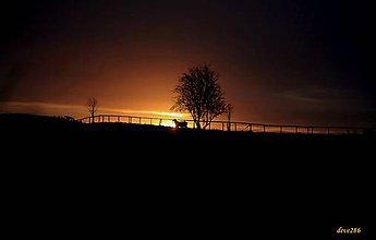 Fotografie - Pokojný večer na vŕšky padal, na sivé polia. - 9228656_