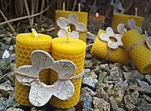Svietidlá a sviečky - Dárkové svíčky s květinou - 9228802_