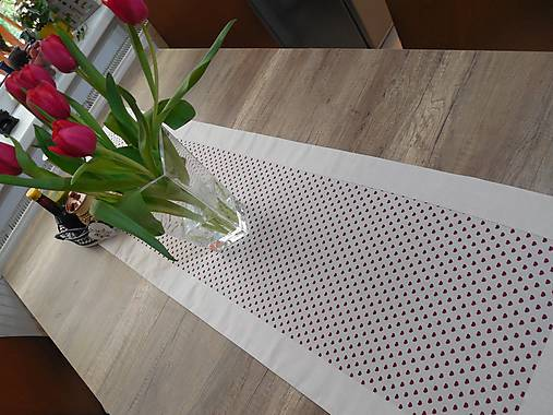 štóla na stôl 40x140cm ľanovo béžová s bordovými srdiečkami  (40x140 cm)