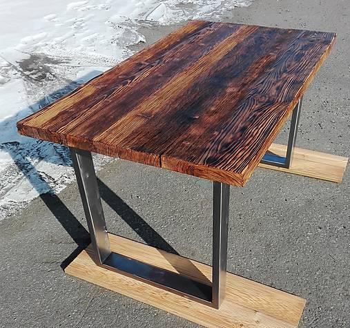 Jedálenský stôl s rustikálnou doskou