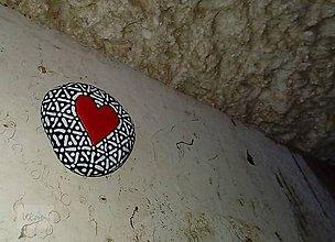 Dekorácie - Srdiečko v ČB zajatí - Na kameni maľované - 9232153_