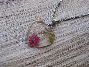 Náhrdelníky - Živicové srdiečko s kvetmi menšie- náhrdelník, chirurgická oceľ - 9232519_