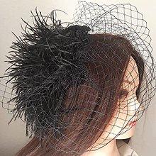 Ozdoby do vlasov - Fascinátor so závojčekom a pštrosím perím - 9230329_
