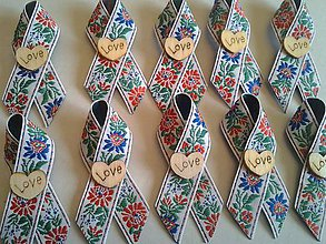 Pierka - folklórne pierko s dreveným srdiečkom