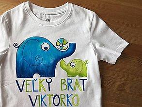 """Detské oblečenie - Maľované detské tričko so sloníkmi (Dva slony s loptou na svetlom tričku s nápisom """"Malý brat""""/""""Veľký brat"""") - 9241564_"""