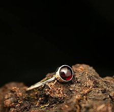 Prstene - Minimalistický prsteň s granátom - 9246501_
