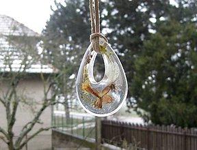 Náhrdelníky - Slzička s kvietkami - živicový náhrdelník (Veľká slza s kvietkami na koži- náhrdelník, č.1864) - 9250580_