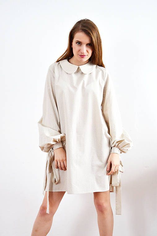 Unikátne bavlnené šaty s extravagantnými rukávmi a jemným bodkovaním