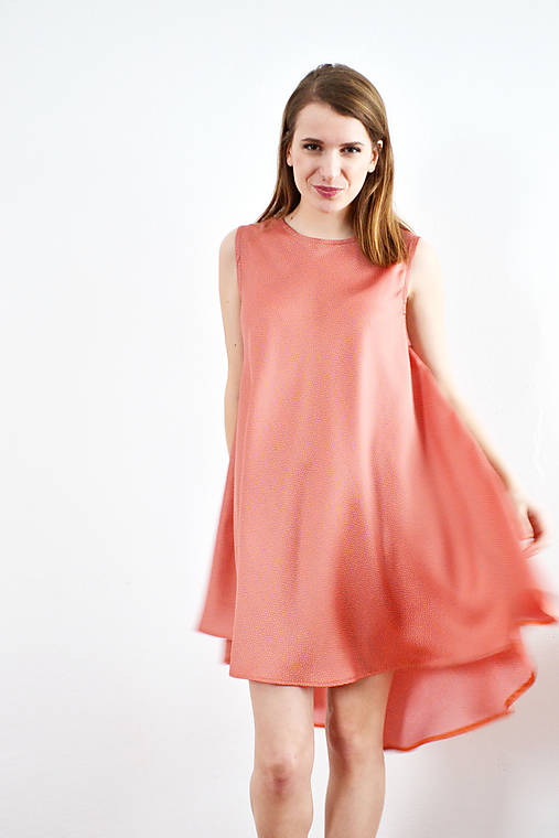 Kruhové šaty s jemným bodkovaním